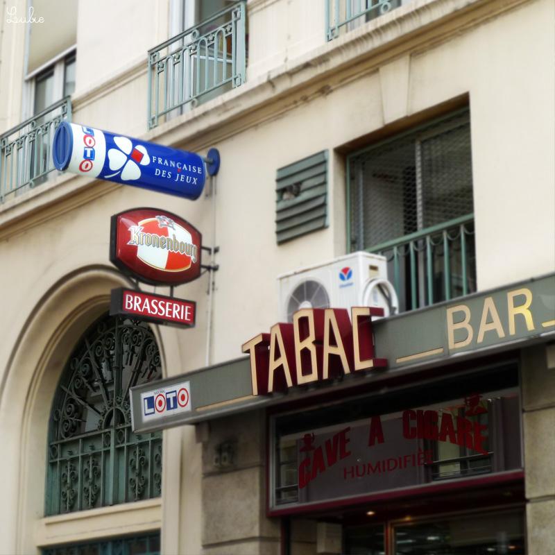 ブラッスリー・バーの入口。こういうお店ではシガーやたばこ、ロトくじ、テレフォンカードなども売っていることが多いです。