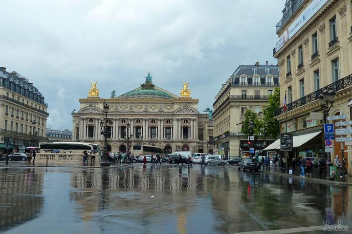 オペラ通りのオペラ座前に戻ってきました。地面が雨で光っていてきれい。