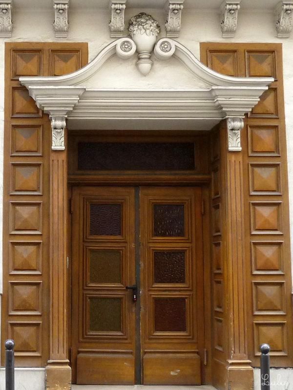 カラフルなガラス?がはめ込まれたドアと、板チョコみたいな木製の壁。