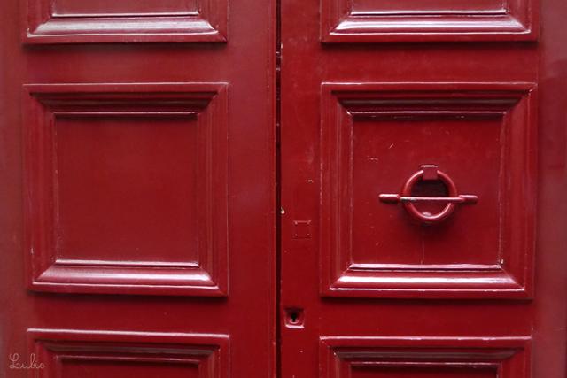丸いノブつきの赤いドア。ドア窓大好き