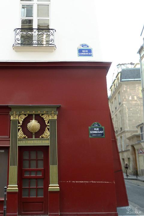 A la Coquille d'or (英訳 At the golden shell) の看板と、金の貝殻、渋い赤と白の壁。すてきな建物だなぁとみとれます。 この建物、Monument historique(歴史的建造物)に指定されているんだそうです。今調べてはじめて知りました。 住所: 42 Rue de la Sourdière / 1 rue Gomboust