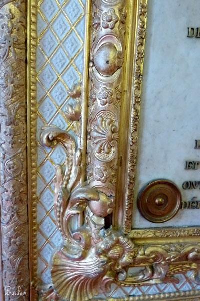 室内にたっぷり使われたゴールドは、いい感じに変色していて味があります。