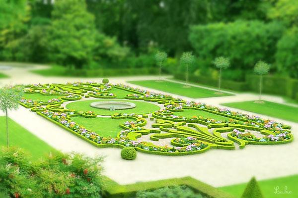 庭園。白、ピンクのお花が可愛い♡ フランス式!という感じがします。