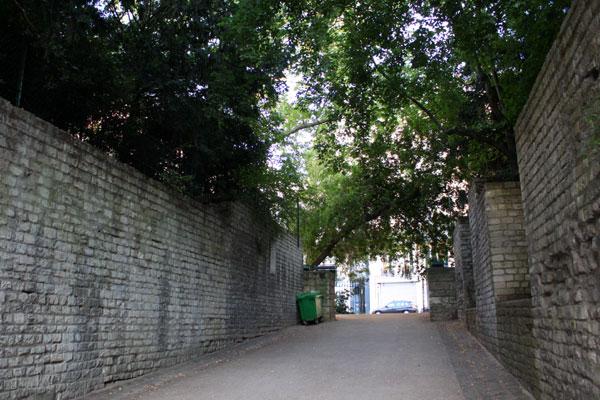 ベンチを通り過ぎて右に道があり、突き当たりは外に通じる出入口です。