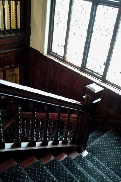 焦げ色の階段
