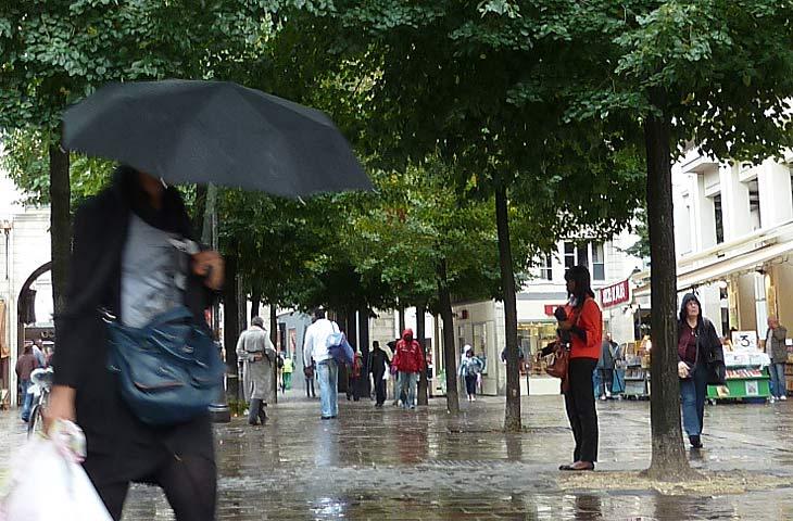 雨なのに傘をさす人が少ないの図 パリ1区
