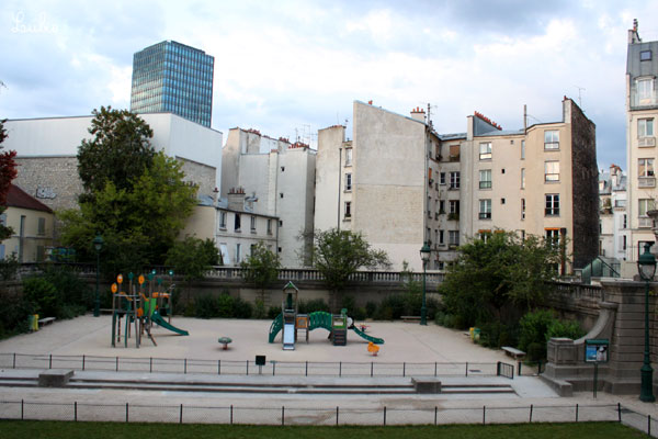 下に公園Square Capitanがみえます。アレーヌの3つめの出入り口です。