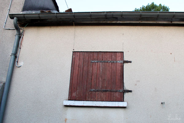 ダブルの留め金デザインがどことなくスカートを連想させる木製ドア。