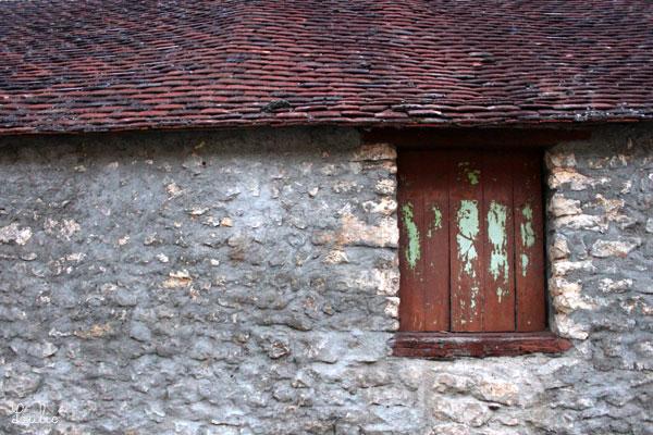 ふにゃふにゃした感じの屋根、塗料のはげたドア。壁の古び具合も味があります。