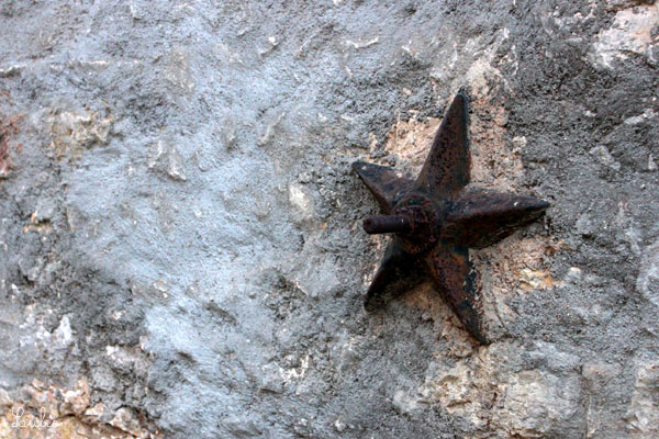 石壁に突然お星さま。