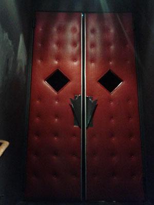 重厚な赤いドア