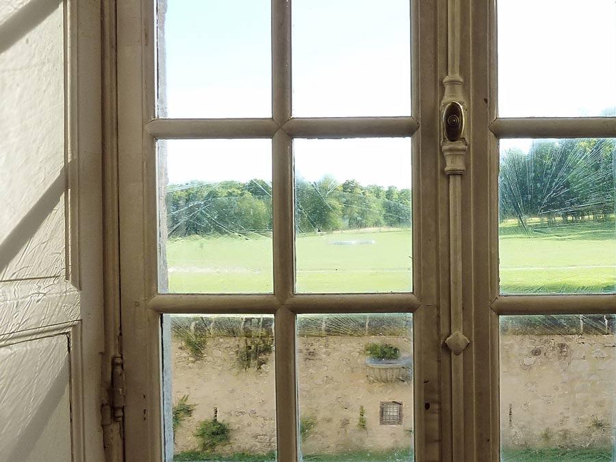 よく見るとガラスが古い時代のものです。壁にもきれいな模様を描いています。