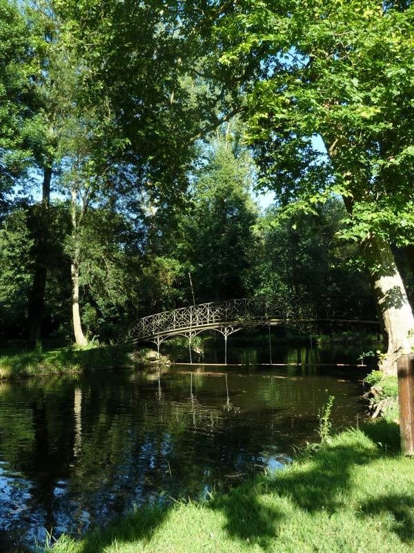 シャマランド城の森の中の橋