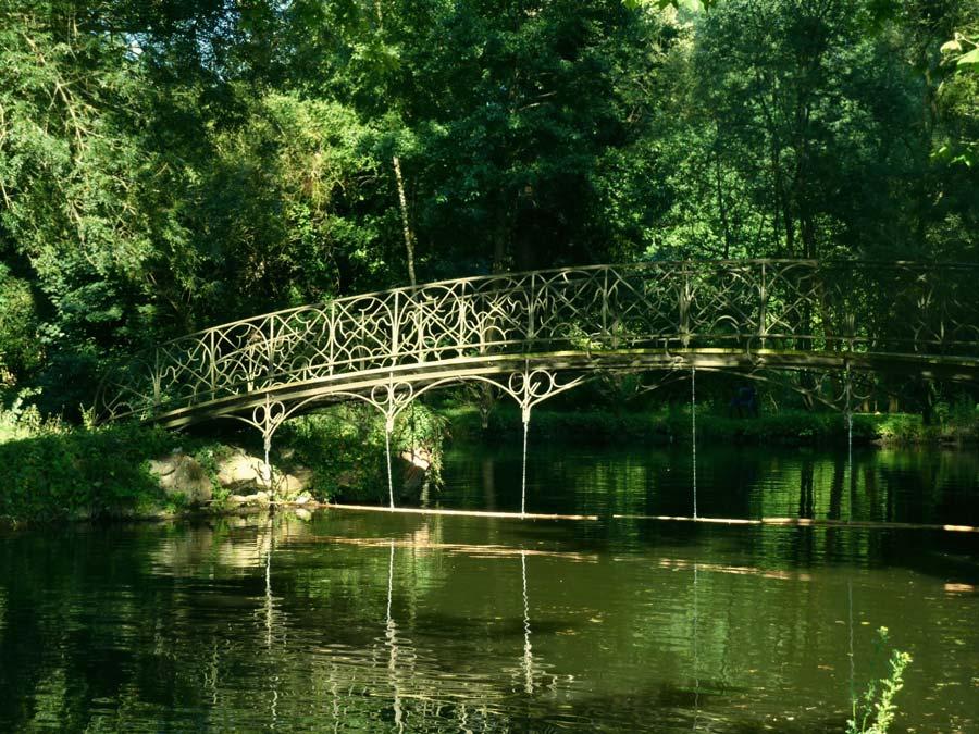 シャマランド城の森のきれいな橋