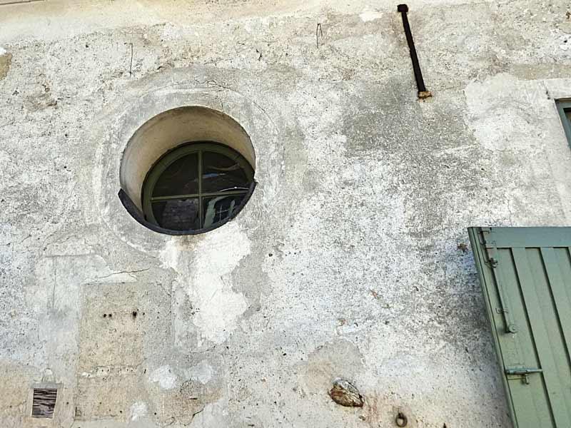 馬小屋の小窓