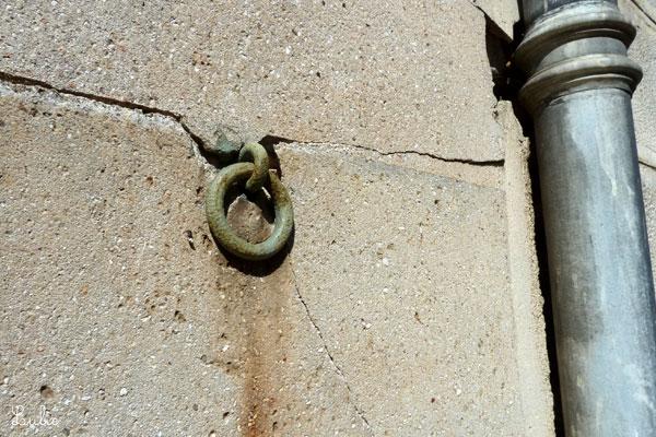 壁にはめこまれたペールカラーのリングは馬用かな。