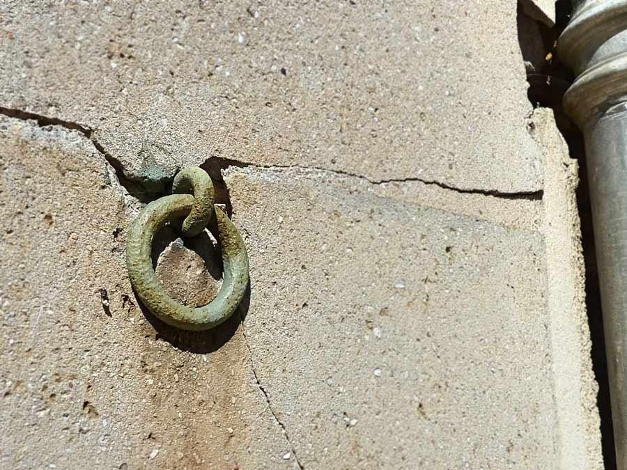 壁にはめこまれたペールカラーのリング
