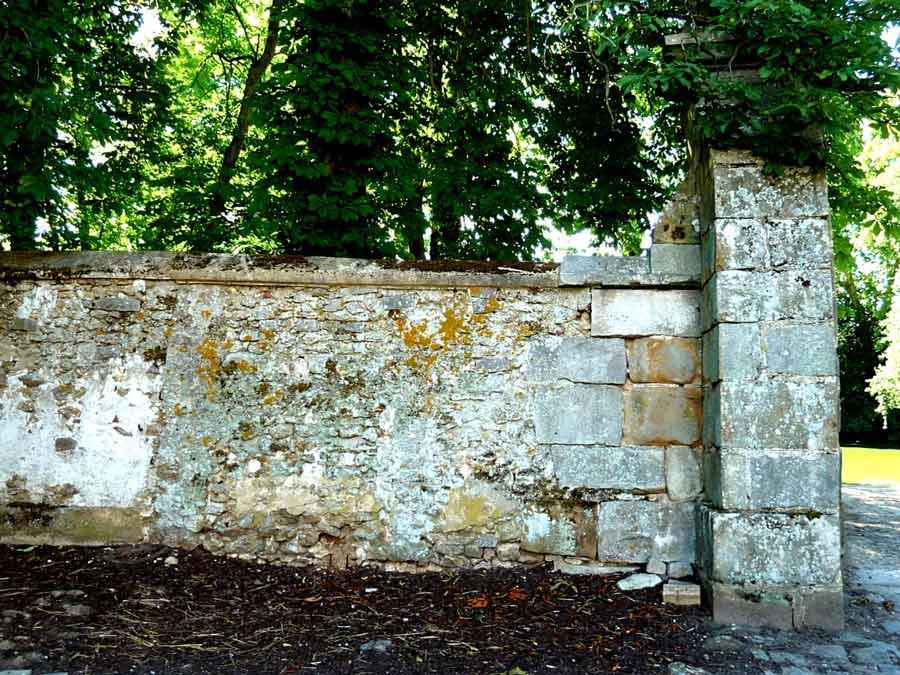 Saint-Jean de Beauregard 絵画のような古い壁