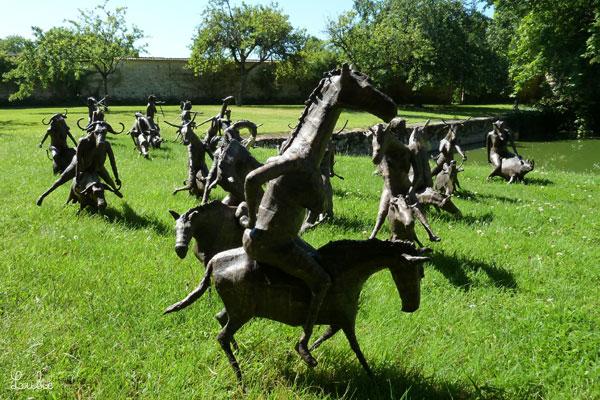 と思ったら、意外な彫刻群でした。動物が動物を乗り回しています :)
