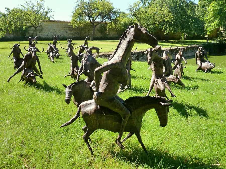 フランス Saint-Jean de Beauregard 動物が動物に乗る彫刻