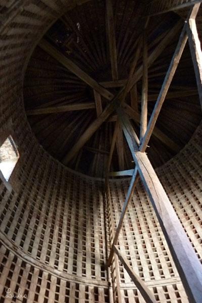 壁際にはしごがついていて、真ん中の棒を中心に回るしくみ。昔、伝書鳩小屋だったそうです。