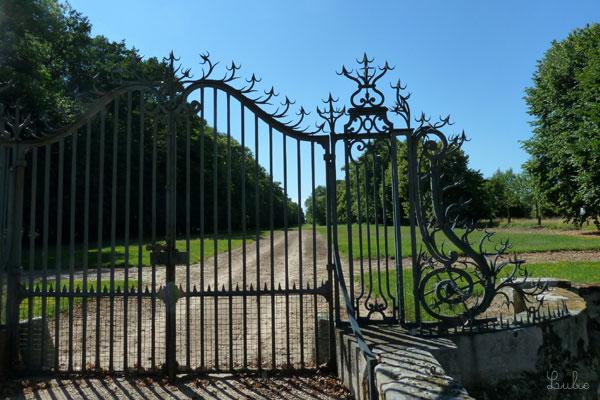お城の門。とげとげ尖っているのに、ちゅるちゅる曲線的。きれいなデザインです。