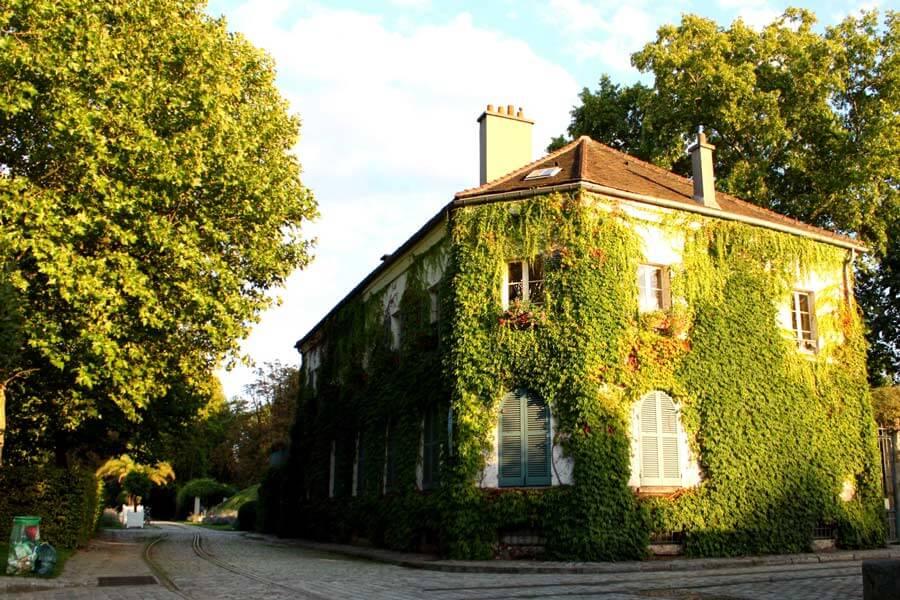 パリ La maison du jardinageの蔦が絡まる建物