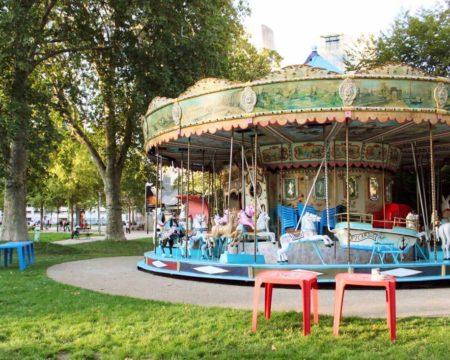 パリ 公園のメリーゴーラウンド