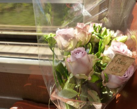 バラの花束を持ってパリ発の電車に乗る