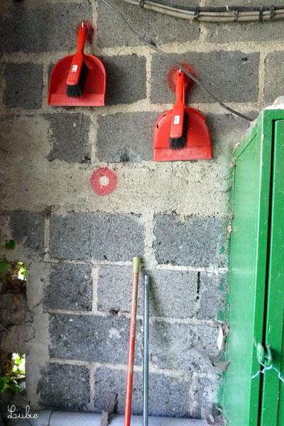 競技ルーム奥の壁のお掃除道具。床に飛び散る玉を集めるのに欠かせません。