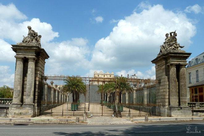 ヴェルサイユ宮殿の裏門がすぐそこにみえます。