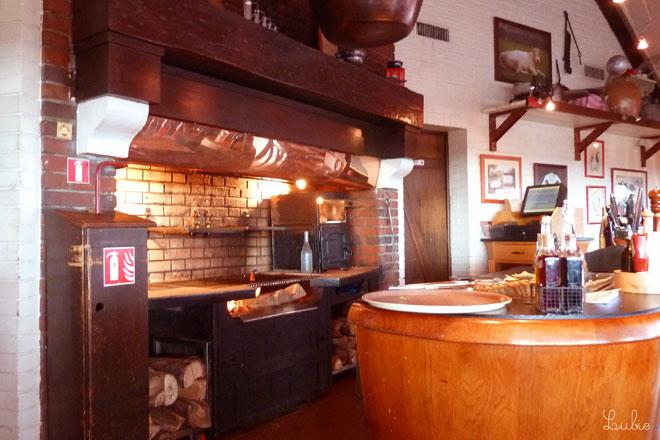このキッチンで薪を使って肉を焼いてくれます。