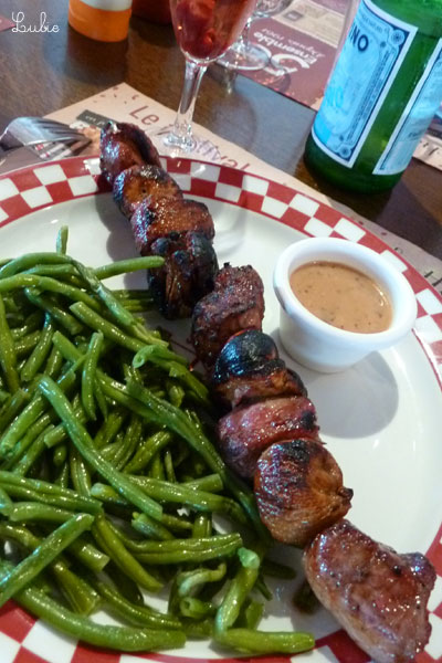 大きな串に刺さった豪快な肉とインゲン。食べきれず残してしまいました。